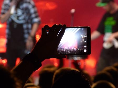 Addio foto e video ai concerti, Apple oscura le telecamere